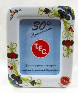 Cornice con Garofano e logo TFC per celebrare i 30 anni di attività