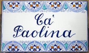 Piastrella con nome della casa e decoro a Palmetta