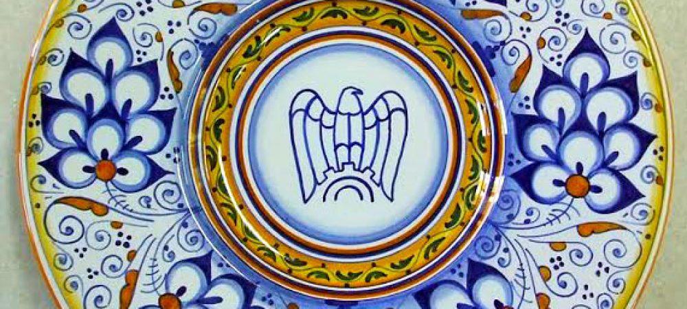 Piatto con decoro Palmetta e logo aziendale al centro