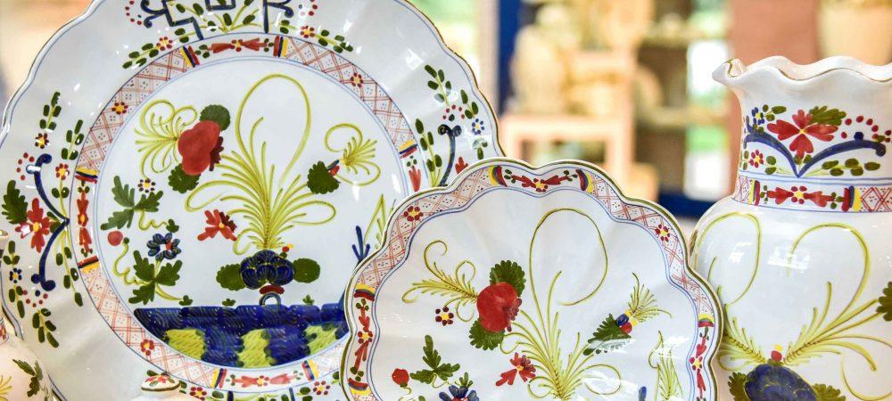 Regali in ceramica di Faenza nei tradizionali decori dipinti a mano